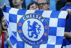 Torcedor do Chelsea segura bandeira da equipe durante partida contra o Atlético de Madri pela Liga dos Campeões na capital espanhola. 22/04/2014 REUTERS/Darren Staples