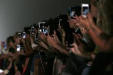 Gemalto a dit vendredi enquêter sur des informations faisant état d'un piratage présumé de ses cartes SIM par les services de renseignement britanniques et américains. Le site internet The Intercept explique que le GCHQ (Government Communications Headquarters) britannique et la NSA (National Security Agency) américaine auraient ainsi pu intercepter les conversations téléphonies, les SMS et les courriers électroniques de plusieurs milliards d'utilisateurs de téléphones mobiles dans le monde. /Photo d'archives/REUTERS/Stefan Wermuth