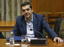"""El primer ministro de Grecia, Alexis Tsipras, asiste a una reunión de Gabinete en Atenas. El Gobierno alistaba el domingo una propuesta de reformas para recibir fondos de la zona euro, pero fue criticado por ofrecer """"ilusiones"""" a los votantes al incumplir su promesa de sacar a Grecia de las duras condiciones de su rescate internacional. REUTERS/Kostas Tsironis"""