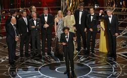 """El director Alejandro González Iñárritu acepta el Oscar a mejor película por su cinta """"Birdman or (The Unexpected Virtue of Ignorance)"""" durante la versión 87 de los premios de la Academia en Hollywood, California, 22 de febrero del 2015. """"Birdman"""", del director mexicano Alejandro González Iñárritu, ganó el domingo un Oscar como mejor película, en una ajustada carrera por el mayor premio de la industria. REUTERS / Mike Blake"""