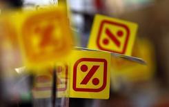 La chaîne espagnole de supermarchés Dia annonce un bond de 66,1% de son bénéfice net du quatrième trimestre, le rachat de son concurrent El Arbol ayant eu un effet fiscal positif. /Photo d'archives/REUTERS/Sergio Perez