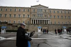 Devant le Parlement, à Athènes. Le gouvernement grec a communiqué dans la nuit de lundi à mardi la liste de ses projets de réformes économiques à l'Eurogroupe, à la BCE, au FMI et à la Commission européenne, en échange d'une prolongation du programme d'aide financière de ses partenaires. /Photo prise le 23 février 2015/REUTERS/Alkis Konstantinidis