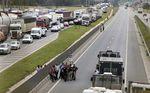 Policías federales conversan con camioneros durante una protesta en la autopista BR-116 en Curitiba, Brasil, feb 23 2015. Una protesta de los camioneros en Brasil contra el alza en los precios de los combustibles llegó el martes a su séptimo día y afectaba el suministro de combustible y alimentos en varios estados, justo cuando comienza la temporada de cosechas.  REUTERS/Rododlfo Burher