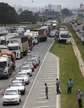 Caminhoneiros bloqueiam parte da BR-116 em Curitiba. 23/02/2015 REUTERS/Rododlfo Burher