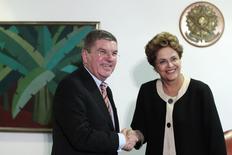 Presidente Dilma Rousseff cumprimenta presidente do Comitê Olínpico Internacional (COI), Thomas Bach, em Brasília. 24/02/2015 REUTERS/Ueslei Marcelino