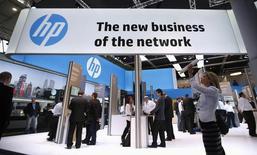 Стенд Hewlett-Packard (HP) на выставке Mobile World Congress в Барселоне. 27 февраля 2014 года. Hewlett-Packard Co сообщил во вторник о сокращении или сохранении на прежнем уровне квартальной выручки во всех своих подразделениях и обнародовал прогноз годовой прибыли ниже ожиданий рынка на фоне укрепления доллара США. REUTERS/Albert Gea