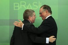 International Olympic Committee (IOC) President Thomas Bach greets the President of the Brazilian Olympic Committee and head of the Rio 2016 Olympic Games Carlos Nuzman after a news conference at the Planalto Palace in Brasilia, February 24, 2015.  REUTERS/Ueslei Marcelino