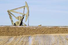 Una unidad de bombeo de crudo en las cercanías de Williston, EEUU, ene 23 2015. Los inventarios de crudo en Estados Unidos subieron fuertemente la semana pasada debido a que las refinerías redujeron su producción, mientras que los de gasolina y destilados cayeron, mostró el miércoles un reporte de la gubernamental Administración de Información de Energía.  REUTERS/Andrew Cullen