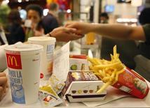Des syndicats et une organisation caritative accusent le géant américain de la restauration rapide McDonald's d'avoir échappé à environ un milliard d'euros d'impôts entre 2009 et 2013 en faisant transiter une partie de son chiffre d'affaires par une société luxembourgeoise, ce qui justifie selon eux une enquête de la Commission européenne. /Photo d'archives/REUTERS/Vincent Kessler