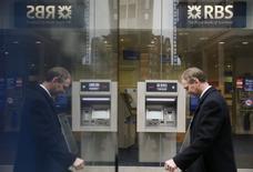 Un peatón pasa frente a una sucursal de The Royal Bank of Scotland en el centro de Londres, 25 de febrero del 2015. Royal Bank of Scotland reportó una pérdida de 3.500 millones de libras esterlinas (5.400 millones de dólares) en el 2014, afectado por una depreciación de su negocio en Estados Unidos Citizens Financial Group y por nuevos cargos ligados con investigaciones de divisas y ventas inadecuadas de productos. REUTERS / Stefan Wermuth