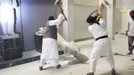 Homens destroem estátua em museu que ficaria em Mosul, em imagem retirada de vídeo que circula na Internet REUTERS/Site de mídia social via Reuters TV