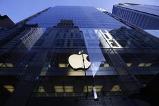 El logo de Apple en una de sus tiendas en Sídney, sep 19 2014. Apple Inc envió invitaciones para un evento en San Francisco el 9 de marzo, alrededor de un mes antes de su esperado lanzamiento del nuevo del Apple Watch, su reloj inteligente.    REUTERS/David Gray