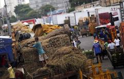 Trabalhadores descarregam alimentos de caminhões no Ceagesp, em São Paulo. 25/02/2015 REUTERS/Nacho Doce