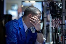 Un operador en su puesto de trabajo en la bolsa de Wall Street en Nueva York, feb 26 2015. Las acciones mostraban pocos cambios el viernes en la bolsa de Nueva York, tras una serie de datos económicos mixtos que dieron a los inversores pocos incentivos para impulsar al mercado a nuevos máximos. REUTERS/Brendan McDermid
