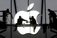 El principal tema de conversación en la Semana del Automóvil de Ginebra es probablemente sobre un coche que puede que nunca vea la luz: el Apple Car. En la foto, unos trabajadores preparan la apertura de una tienda de Apple en Hangzhou el 23 de enero de 2015.  REUTERS/Chance Chan