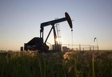 Станок-качалка на нефтяном месторождении близ Калгари. 21 июля 2014 года. Цены на нефть снижаются из-за опасений избыточной добычи, несмотря на рост производственной активности в Китае. REUTERS/Todd Korol