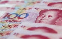 Le yuan chinois est tombé lundi à son plus bas niveau face au dollar depuis octobre 2012, à quelques fractions du plancher de sa fourchette de fluctuation quotidienne, après la baisse de taux d'intérêt annoncée samedi par la banque centrale. /Photo d'archives/REUTERS/Carlos Barria