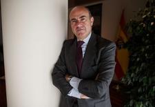 El ministro de Economía de España, Luis de Guindos, posa para una fotografía en su oficina en Madrid, feb 5 2015. De Guindos, dijo el lunes que los socios de la zona euro están negociando un tercer programa de rescate para Grecia por un monto de entre 30.000 millones y 50.000 millones de euros (34.000 a 56.000 millones de dólares).  REUTERS/Andrea Comas