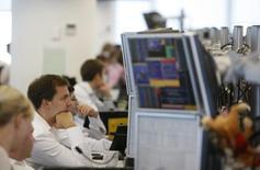 Брокеры в трейдинговой комнате инвестбанка Ренессанс Капитал. Российские фондовые индексы вернулись в понедельник к повышению после коррекционной недели и практически всю сессию провели около достигнутых с утра значений. Москва, 15 сентября 2009 года. REUTERS/Denis Sinyakov