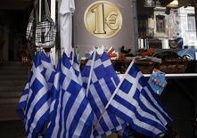 Banderas de Grecia a la venta en una tienda de artículos de bajo costo en Atenas, mar 2 2015. El Gobierno de Grecia buscó el lunes tranquilizar a sus acreedores e inversores respecto a que podrá cubrir sus necesidades de financiamiento este mes, incluyendo el repago de un préstamo de 1.500 millones de euros al Fondo Monetario Internacional. REUTERS/Alkis Konstantinidis