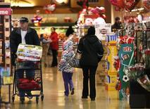 Unos clientes al interior de una tienda de la cadena Safeway en  Wheaton, EEUU, feb  13, 2015. El gasto en consumo personal de Estados Unidos cayó por segundo mes consecutivo en enero, ya que los hogares siguieron reduciendo sus compras, prefiriendo ahorrar gran parte del dinero extra generado por la gasolina más barata.    REUTERS/Gary Cameron