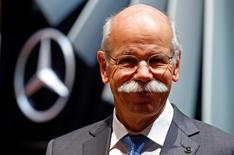 """Le président du directoire de Daimler Dieter Zetsche a déclaré mardi que le constructeur allemand n'avait pas peur des nouveaux concurrents issus des secteurs technologique et télécoms. """"Il existe une formidable opportunité de convergence entre l'industrie de la côte ouest (des Etats-Unis) et l'industrie automobile avec son immense savoir faire technologique"""", a-t-il dit au salon automobile de Genève.   /Photo prise le 3 mars 2015/REUTERS/Arnd Wiegmann"""