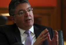 En la imagen, el ministro de Hacienda de Colombia, Mauricio Cárdenas, hace un gesto durante una entrevista con Reuters en Bogotá. 10 de marzo, 2014. El crecimiento de la economía de Colombia rondaría el 4 por ciento en el 2016, impulsado por el consumo doméstico y en medio de expectativas de que el mayor choque por la caída de los precios del petróleo se concentre en el 2015, dijo el ministro de Hacienda, Mauricio Cárdenas. REUTERS/John Vizcaino
