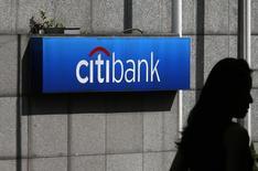 En la imagen, una mujer camina cerca a una sucursal del banco Citibank en Hong Kong. 28 de julio, 2014. Citigroup acordó la venta de su unidad de consumo OneMain Financial Holdings Inc al prestamista Springleaf Holdings por 4.250 millones de dólares. REUTERS/Bobby Yip