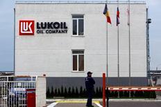 Le bénéfice net de Lukoil a chuté de 39% en 2014, à 4,75 milliards de dollars (4,25 milliards d'euros), soit un résultat inférieur au consensus des analystes qui le donnait à 6,6 milliards. Ce résultat s'explique notamment par la chute des cours pétroliers. /Photo d'archives/REUTERS/Bogdan Cristel