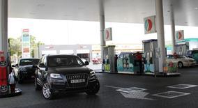 Unos vehículos en una gasolinera en Dubái, jun 11 2012. Arabia Saudita subió el martes los precios oficiales de venta (OSP, por su sigla en inglés) para sus entregas de petróleo a clientes en Asia y en Estados Unidos.  REUTERS/Ghazal Watfa