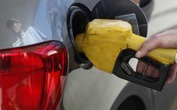 Frentista abastece carro com gasolina em posto de combustível em São Paulo. 22/08/2013 REUTERS/Paulo Whitaker