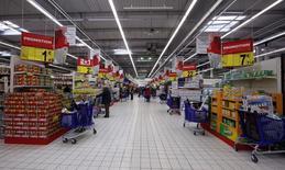 Carrefour, la segunda cadena minorista del mundo por tamaño, dijo que aumentará el gasto de capital este año, en el que busca consolidar la recuperación de sus hipermercados europeos y expandirse en el mercado emergente de Brasil. En la imagen, vista general de un supermercado en Niza el 29 de noviembre de 2011.  REUTERS/Eric Gaillard