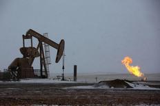 Станок-качалка в Уиллистоне, Северная Дакота 11 марта 2013 года. Цены на нефть растут за счет отсутствия прогресса в переговорах о ядерной программе Ирана. REUTERS/Shannon Stapleton