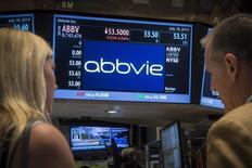 En la imagen, una pantalla muestra el precio de las acciones de la farmacéutica AbbVie en la Bolsa de Nueva York. 18 de julio, 2014. El fabricante de medicamentos AbbVie comprará Pharmacyclics por cerca de 21.000 millones de dólares, en una adquisición que le dará acceso al que se espera sea uno de los fármacos para el tratamiento del cáncer más vendidos en el mundo. REUTERS/Brendan McDermid