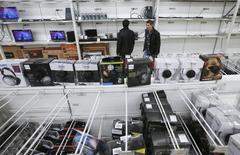 Отдел электроники в гипермаркете Ашан в Москве. 15 января 2015 года. Рост индекса потребительских цен в РФ в феврале 2015 года составил 2,2 процента в месячном и 16,7 процента в годовом выражении, сообщил Росстат. REUTERS/Maxim Zmeyev