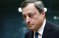 En la imagen, el presidente del BCE, Mario Draghi, al inicio de una reunión de ministros de Finanzas de la zona euro en Bruselas. 16 de febrero, 2015. El Banco Central Europeo dijo el jueves que iniciará su nuevo programa de compras de bonos gubernamentales el 9 de marzo, con la esperanza de que la inyección de dinero nuevo en la vacilante economía de la zona euro impulse al crecimiento y eleve la inflación. REUTERS/Francois Lenoir