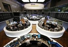 Les Bourses européennes, à l'exception de Londres, évoluent en légère hausse vendredi à la mi-séance, après la confirmation d'une croissance de 0,3% du PIB de la zone euro au quatrième trimestre, en attendant les chiffres de l'emploi aux Etats-Unis. À Paris, le CAC 40 gagne 0,05% vers 12h35 et à Francfort, le Dax prend 0,07%.  /Photo prise le 22 janvier 2015/REUTERS/Ralph Orlowski