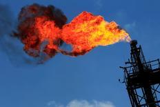 Imagen de archivo de una llamarada en una chimenea de unA refinería en Tula, México, nov 21 2013. La petrolera estatal mexicana Pemex dijo el viernes que sofocó un conato de incendio en una planta de su segunda mayor refinería, ubicada en el centro del país, y que el resto de la instalación funciona con normalidad.  REUTERS/Henry Romero