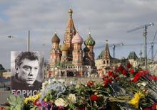 Цветы и портрет Бориса Немцова в Москве 6 марта 2015 года на месте убийства политика неделей ранее, 27 февраля. Коллеги и соратники оппозиционера опасаются, что заказчики очередного политического убийства времен правления Владимира Путина никогда не будут названы.  REUTERS/Maxim Shemetov