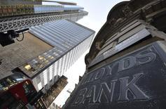 Le gouvernement britannique a annoncé lundi avoir placé pour 500 millions de livres (693 millions d'euros) d'actions de Lloyds Banking Group, une opération qui lui permet de ramener sa participation à un peu moins de 23% dans le groupe bancaire sauvé par l'argent du contribuable pendant la crise financière. /Photo d'archives/REUTERS/Toby Melville