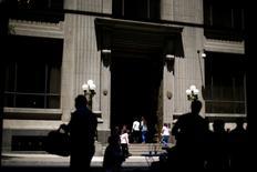 En la imagen, transeúntes caminan frente a la puerta principal del edificio del Banco Central de Chile en el centro de Santiago. 7 de noviembre, 2014. El superávit comercial de Chile alcanzó a 748 millones de dólares en febrero, inferior al mismo mes del año pasado, debido a un menor valor de sus exportaciones lideradas por el cobre y en medio de una persistente baja en las importaciones ante una débil demanda interna. REUTERS/Ivan Alvarado