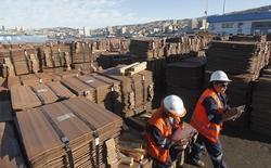 En la imagen, trabajadores portuarios revisan un embarque de cobre que será exportado a Asia, en el puerto de Valparaiso, al noroeste de Santiago. 25 de enero, 2015. El valor de las exportaciones chilenas de cobre alcanzó a 2.480 millones de dólares en febrero, una caída interanual del 33 por ciento, informó el lunes el Banco Central. REUTERS/Rodrigo Garrido