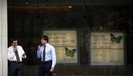 Novo Banco, née du sauvetage par l'Etat de Banco Espirito Santo l'an dernier, a annoncé lundi une perte de 468 millions d'euros au second semestre 2014, due à des provisions et des charges exceptionnelles. Mais la banque portugaise pense réduire fortement ses pertes en 2015 et repasser dans le vert en 2016. /Photo prise le 15 septembre 2014/REUTERS/Rafael Marchante