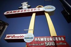 """Un restaurante de McDonald's en Downey, EEUU, feb 18 2015. McDonald's prometió el lunes transformarse en una """"compañía de hamburguesas moderna y progresista"""" ante una competencia más agresiva de cadenas de restaurantes como Chipotle Mexican Grill, Chick-fil-A y una serie de hamburgueserías de calidad que el mes pasado impactaron sus ventas en Estados Unidos.     REUTERS/Lucy Nicholson"""