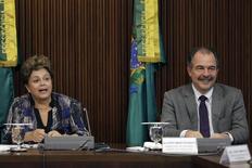 La presidenta de Brasil, Dilma Rousseff, junto a su jefe de Gabienete, Aloizio Mercadante, en una reunión en Brasilia, dic 1 2014. El Gobierno de Brasil sigue estando comprometido con las medidas de austeridad, pese a la creciente oposición del Congreso y de la población en general, dijo el lunes un alto funcionario. REUTERS/Ueslei Marcelino