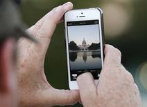 Les chercheurs de la CIA tentent depuis des années de percer les systèmes de sécurité protégeant les smartphones et les tablettes d'Apple, écrit mardi le site américain de journalisme d'investigation The Intercept en se fondant sur des documents fournis par Edward Snowden. /Photo d'archives/REUTERS/Kevin Lamarque