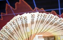 Банкноты евро. Сараево, 9 марта 2015 года. Евро во вторник упал ниже $1,08 впервые почти за 12 лет, так как рост доллара заострил внимание на стремлении к паритету, которого большинство крупных банков ждало не ранее следующего года. REUTERS/Dado Ruvic