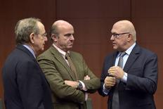 En la imagen (I-D), el ministro italiano de Finanzas, Pier Carlo Padoan, y el titular español de Economía, Luis De Guindos, hablan con el ministro de Finanzas francés, Michel Sapin, durante una reunión de ministros de Finanzas del Eurogrupo, en Bruselas, el  20 de febrero de 2015. Los ministros de Finanzas de la Unión Europea dieron el martes a Francia dos años más para reducir su déficit presupuestario dentro de los límites de la UE, ampliando el plazo por tercera vez desde 2009, en un momento en el que París trata de promulgar reformas, anunció un responsable de la UE. REUTERS/Eric Vidal