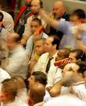 Operadores en el Bolsa de Valores de Sao Paulo, oct 10 2008. El índice principal de la bolsa de Brasil sufría su quinta caída consecutiva el martes, cuando el pesimismo en los mercados en el exterior acentuaba la presión vendedora provocada por la preocupación con la continuidad de los ajustes fiscales en Brasil. REUTERS/Paulo Whitaker