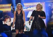 Miranda Lambert (L) and Kelly Clarkson perfom during the American Country Countdown Awards in Nashville, Tennessee December 15, 2014.    REUTERS/Harrison McClary